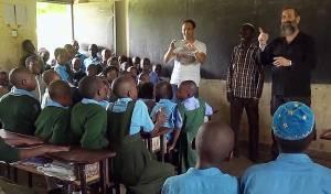 ילדי אוגנדה הפתיעו עם שירה בעברית • צפו
