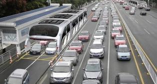 אוטובוס ה-TBS. מדהים - האוטובוס הסיני שמדלג על פקקים עם 1200 נוסעים | צפו