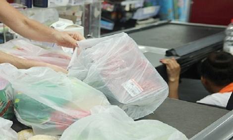 לקוחות אורזים מצרכים בשקיות ניילון בקופה - רשתות השיווק גילו ספקנות - והפסידו כסף