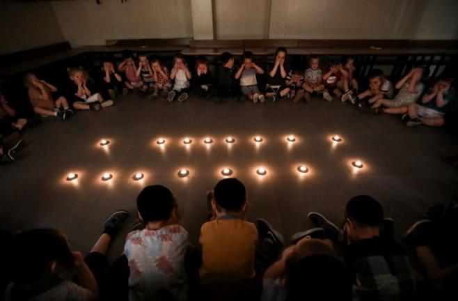 נרות ופנים עצובות; הילדים חוו את ט' באב