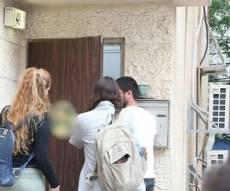 הורים מודאגים אתמול בפתח המכינה - האסון בנחל: שלושה ממנהלי המכינה נעצרו