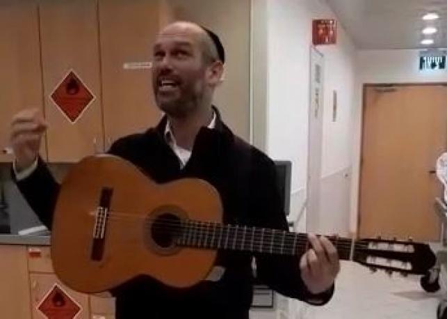 יונתן רזאל חבק בן והלחין שיר במחלקה. צפו