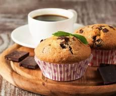 מאפינס בננה ושברי שוקולד - ליד הקפה: מאפינס בננה ושברי שוקולד