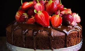 הגזמנו עם התותים? עוגת שוקולד כשרה לפסח
