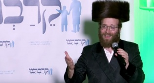 Yoely Lebowitz Sings at Keiravtuni Convention