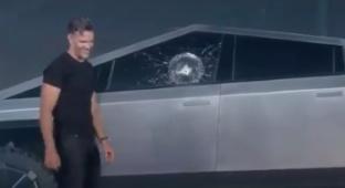 אילון מאסק טסלה סייברטראק הדגמה זכוכית מנופצת