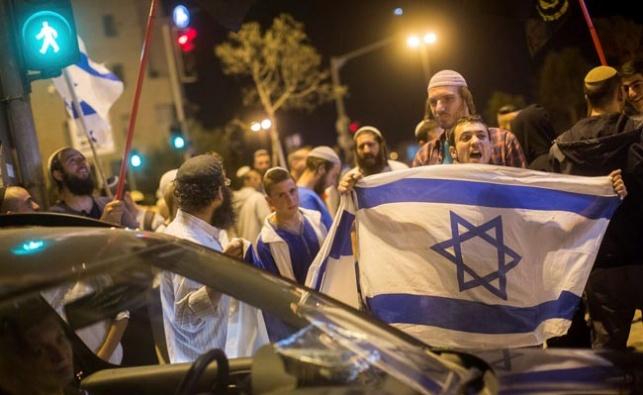 יהודים בזירת הפיגוע בגבעת זאב