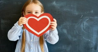היו יצירתיים: 4 דרכים ללמד את ילדיכם לגמול חסד