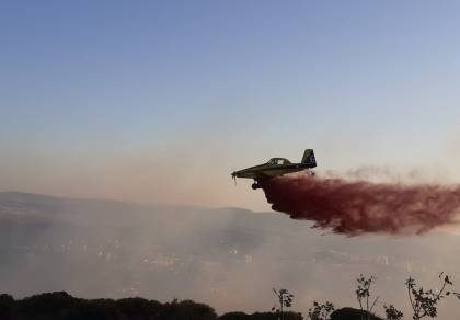 צפו: מטוסי המשטרה מכבים את השריפות
