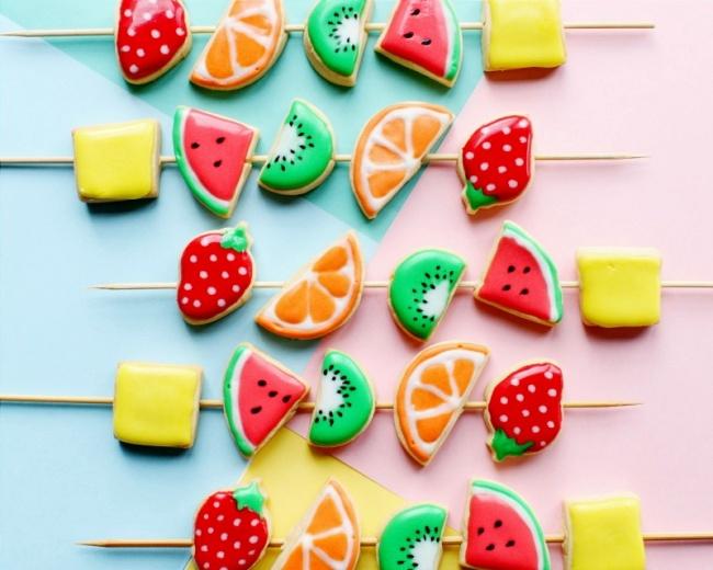 עוגיות בצורת פירות על שיפודים