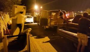 """""""עם ישראל תרם רהיטים"""", מובילים ריהוט לאחת הדירות - שכנים חדשים בחברון: חיילים חרדים שסולקו מבתיהם"""