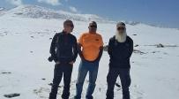 נחום באמצע עם חיליק מגנוס - קירגיזסטן: מדריך תיירים ישראלי נהרג בתאונה