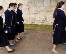 אילוסטרציה. למצולמות אין קשר לכתבה - הבנות הגיעו לבית ספר וקיבלו הודעה: אתן לא שייכות אלינו