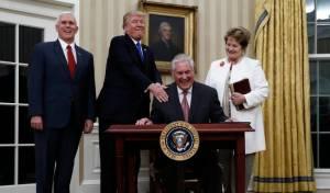 טילרסון בעת מינוי, לצד אשתו, הנשיא טראמפ וסגן הנשיא פנס