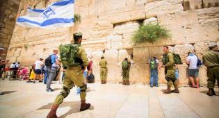 """החיילים החרדים בכותל - צפו: החיילים החרדים """"כבשו"""" מחדש את הכותל"""