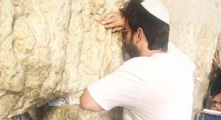 צפו: השחקן יהודה לוי בתפילה בכותל המערבי