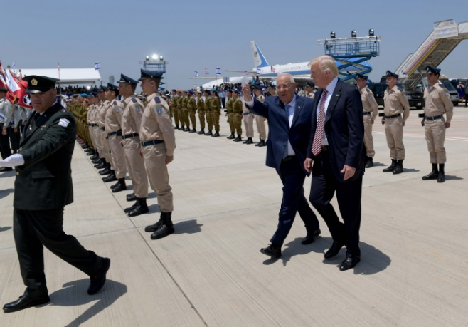 הנחיתה של טראמפ ומשמר הכבוד • צפו