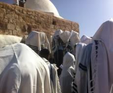 """מתפללים בציון אהרן הכהן, ארכיון • למצולמים אין קשר לנאמר בכתבה - הרב מוצפי נגד היוצאים לירדן: """"בלי דעת"""""""