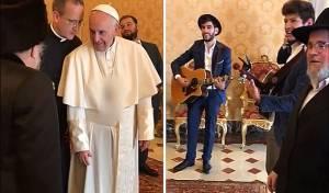 """רבנים ואנשי עסקים שרו בפני האפיפיור: """"אורך ימים"""" • צפו"""
