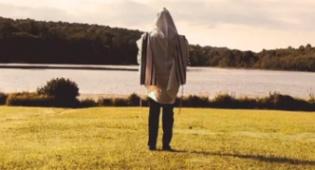 """אריה קונסטלר בסינגל לקראת יו""""כ: והכהנים"""