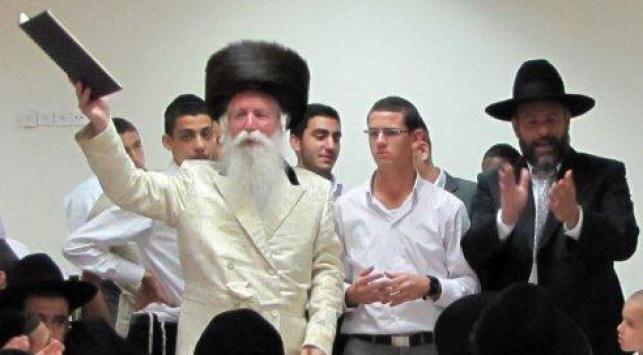 הרב גרוסמן עם הנערים בצאת השבת