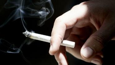 סיגריה (צילום: פלאש 90) - אכזריות חילונית: סיגריה בוערת על חרדי