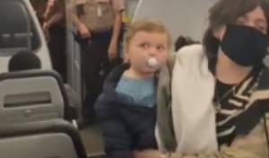 חרדים הורדו ממטוס בגלל פעוט ללא מסכה
