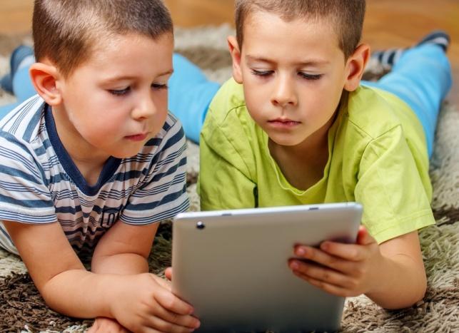"""הילדים של תשע""""ה יותר מידי שעות מול המסך. סקר"""