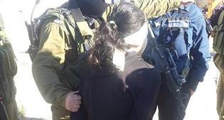 """קטינה פלסטינית עצורה. אילוסטרציה - שוטרת מג""""ב משכה בשערה של פלסטינית"""