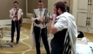 """תפילת הישראלים בביהכנ""""ס באמירויות. צפו"""