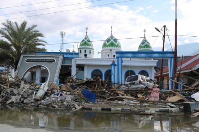 נזקי צונאמי שהתרחש במדינה לפני מספר חודשים