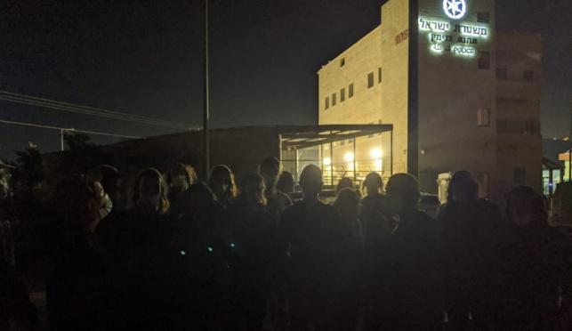 הנערים שנעצרו אתמול, ליד תחנת המשטרה