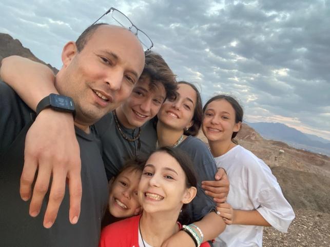 """רה""""מ בטיול עם משפחתו, לפני שהושבע"""