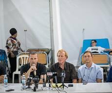 הרופאים במסיבת עיתונאים באוהל בגן סאקר - משרד הבריאות מאשים: הרופאים נעלמו