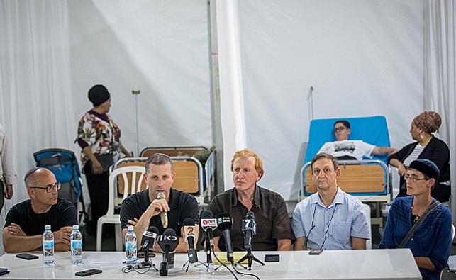 הרופאים במסיבת עיתונאים באוהל בגן סאקר