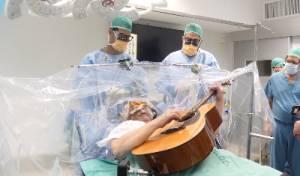 ניגן לפורים בגיטרה - תוך כדי הניתוח במוח. צפו