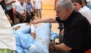 ראש הממשלה בבית החולים - נתניהו ביקר את הפצוע מהפיגוע מיבנה • צפו