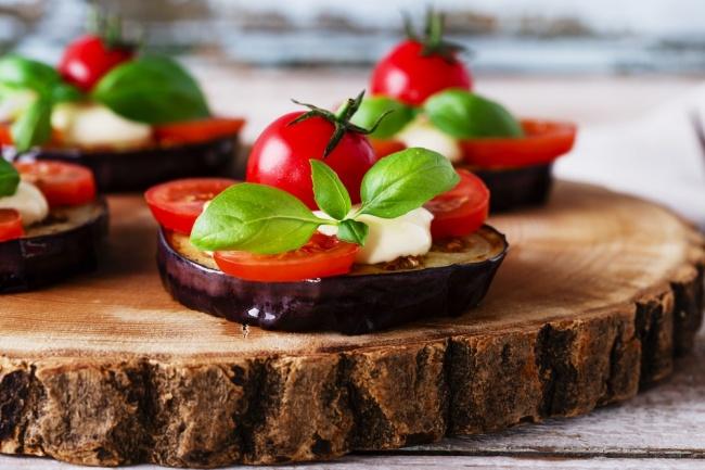 חצילים ובולגרית עם עגבניות שרי וזיתים