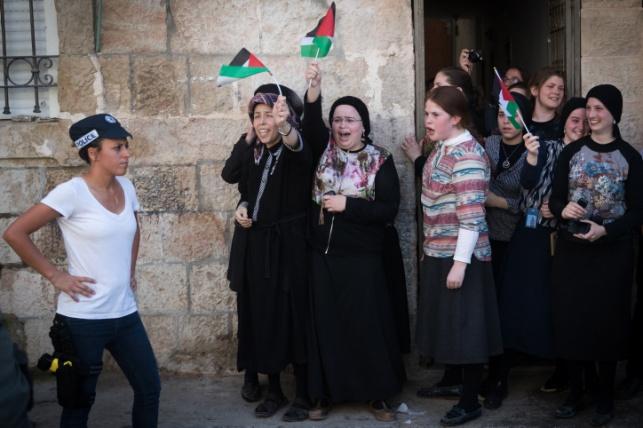 אשתו של יואליש קרויס עם דגל פלסטין