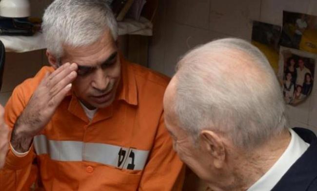 פרס עם אחד האסירים - צפו: הנשיא פרס בכלא