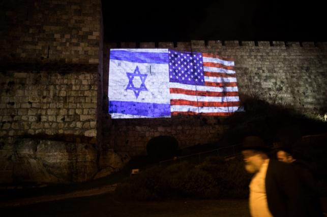 """דגל ארה""""ב הוקרן על חומות העיר"""