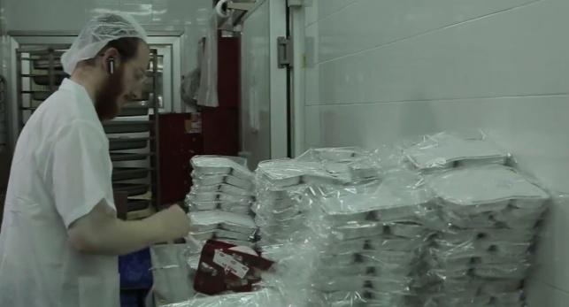 אורזים מנות למשלוח למשפחות בית התבשיל