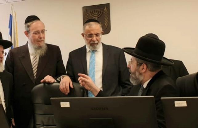 הרב בן-יעקב (משמאל) עם הרב הראשי