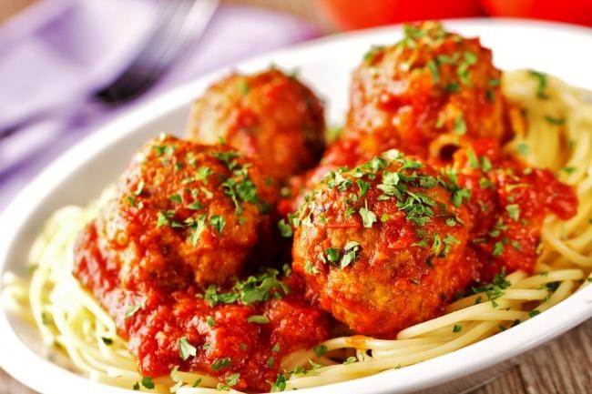 ספגטי עם קציצות בשר ברוטב עגבניות