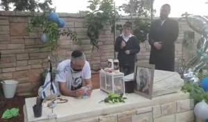 """מרגש: יום הולדת לחייל הי""""ד, בסמוך לקברו"""
