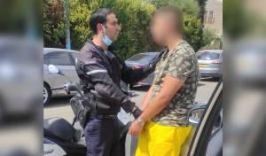 גנב כסף מרכב חונה ונהג ללא רישיון - ונעצר