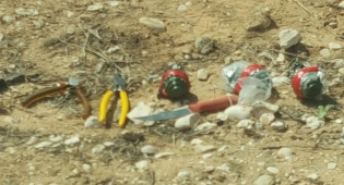 הסכינים והרימונים שנתפסו - שלושה מחבלים חמושים חדרו מעזה לישראל