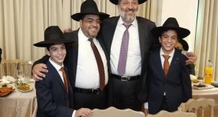 """הרב יוסף ניאזוף ברמ""""צ את התאומים. תיעוד"""