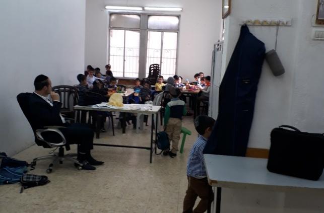 הילדים לומדים במקום מאולתר