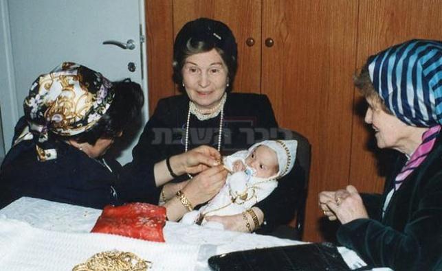 """במרכז: הרבנית מבילגורייא ע""""ה, אם האדמו""""ר"""